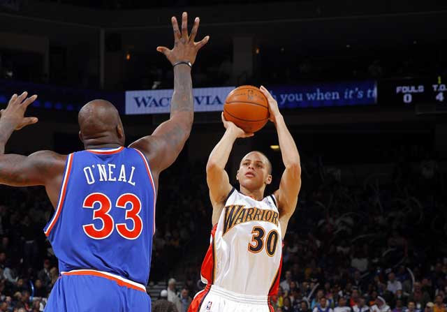 Stephen Curry, defendido por Shaquille O'Neal