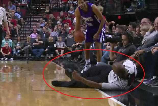 Arbitro NBA cae al suelo