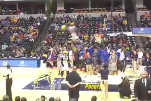 La mascota de Indiana Pacers pierde la cabeza