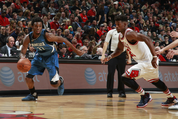 Andrew Wiggins dribla a Jimmy Butler