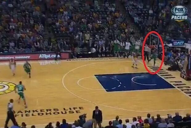 Un jugador de Boston Celtics anota desde su propia canasta