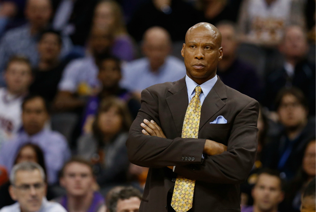 Byron Scott defiende a Los Angeles Lakers.