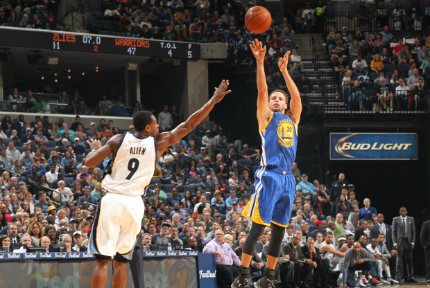 Stephen Curry tirando desde el triple