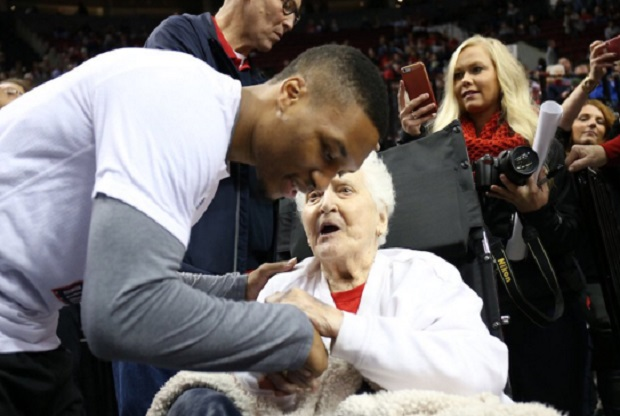 Damian Lillard hace realidad el sueño de una aficionada de 92 años