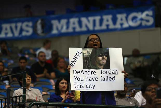 Un fan de Dallas Mavericks riendose de DeAndre Jordan