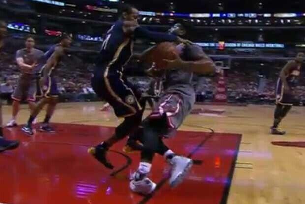 Derrick Rose se tuerce el tobillo izquierdo