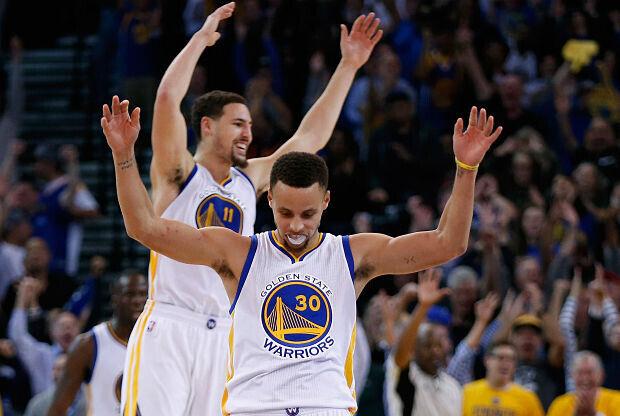 Golden State Warriors celebrando un triple