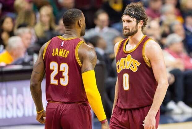 LeBron James y Kevin Love en un partido de Cleveland Cavaliers