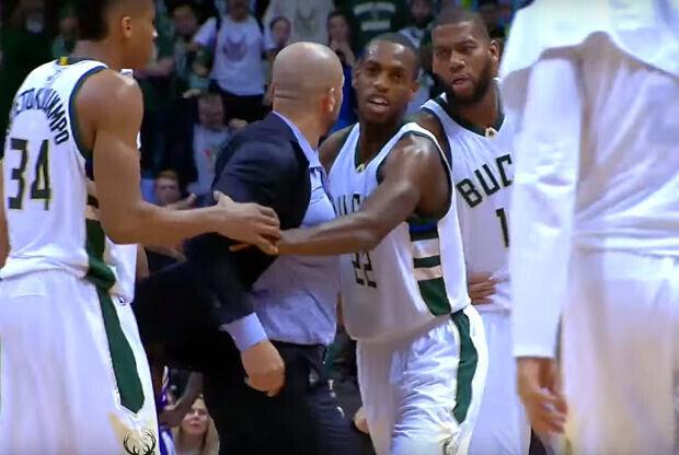 Jason Kidd se enfada con un árbitro