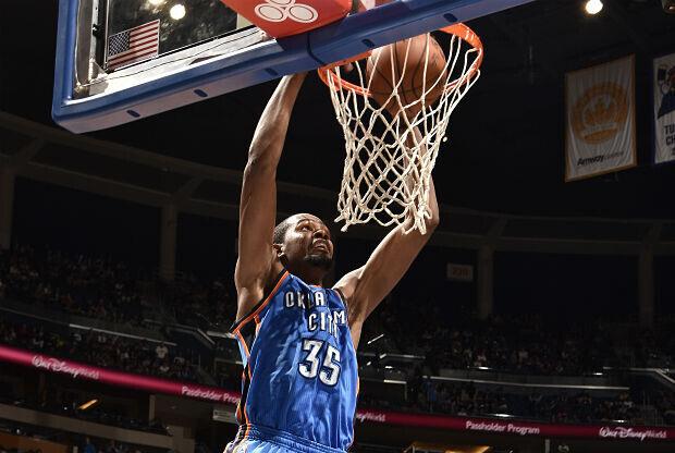Kevin Durant se cuelga del aro