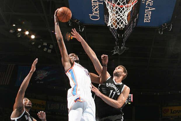 Kevin Durant machaca ante Brook Lopez