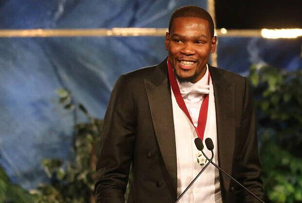 Kevin Durant recibiendo el tributo de la ciudad de Oklahoma City