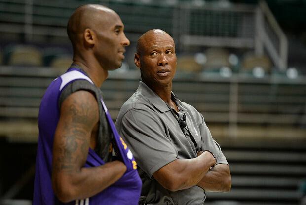 Kobe Bryant charla con su entrenador Byron Scott