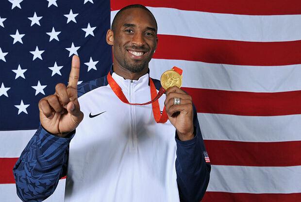 Kobe Bryant con la medalla olímpica
