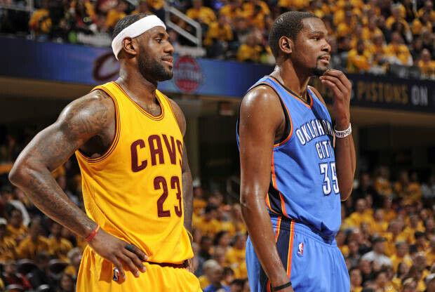 LeBron James y Kevin Durant pelean por el título de mejor jugador del mundo.