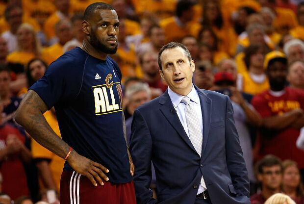 LeBron James conversa con el entrenador David Blatt