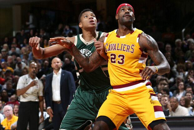 LeBron James lideró la victoria ante Milwaukee Bucks.