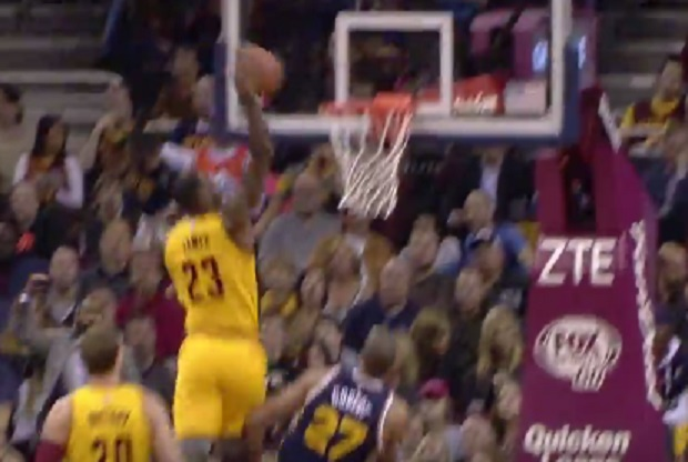 LeBron James hace un mate ante Rudy Gobert