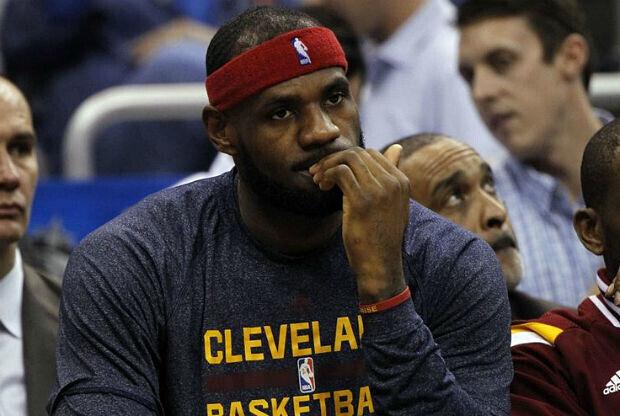 LeBron James en el banquillo