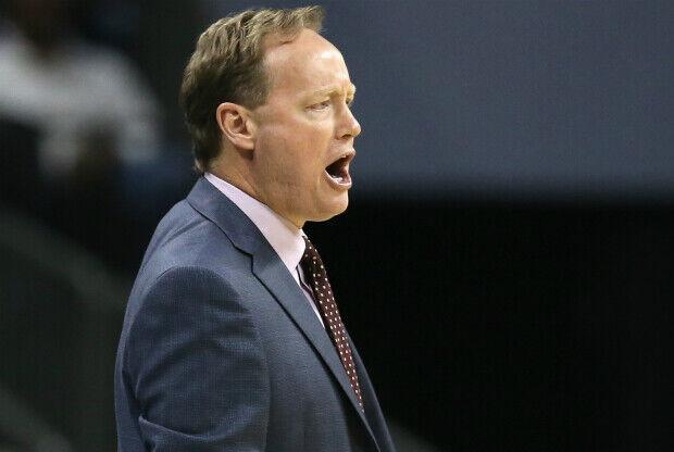 Mike Budenholzer sancionado por tocar a un árbitro.