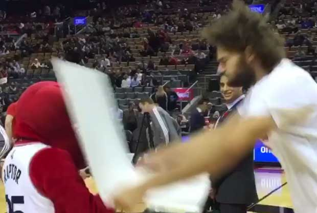 Robin Lopez le pega a la mascota de Toronto Raptors