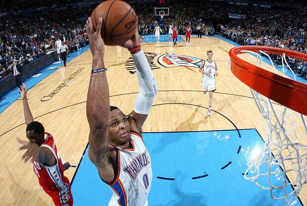 Russell Westbrook se cuelga del aro.