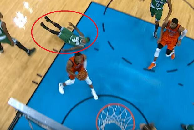 Russell Westbrook tira al suelo a su rival