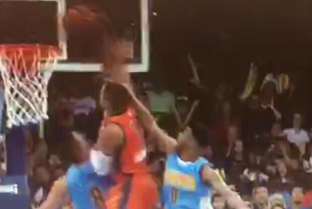 Russell Westbrook se cuelga del aro
