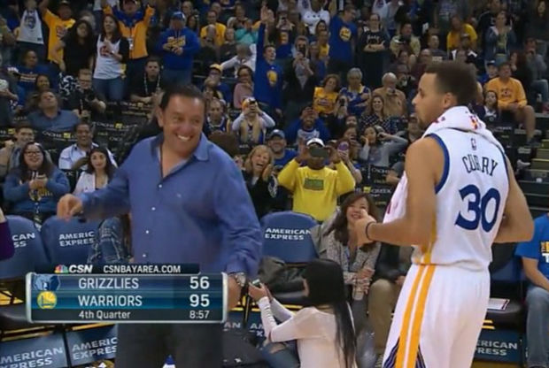 Stephen Curry baila con un aficionado de Golden State Warriors