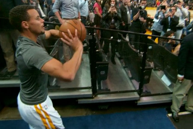 Stephen Curry sigue anotando desde el túnel de vstuarios