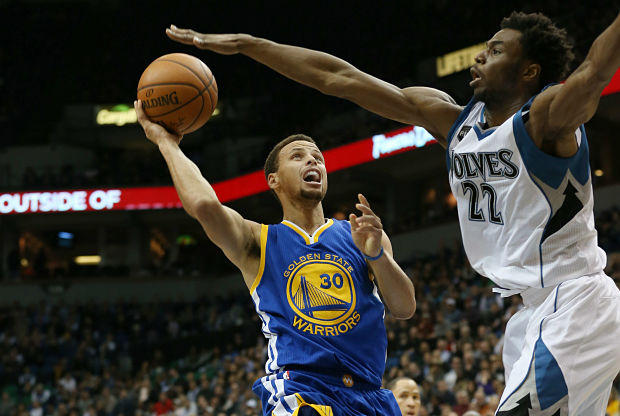Stephen Curry anota ante su rival