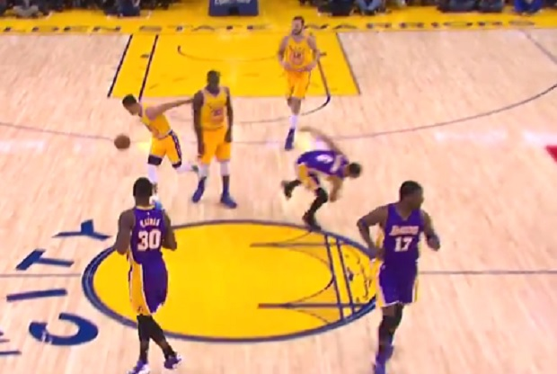 Stephen Curry deja a Jordan Clarkson por los suelos