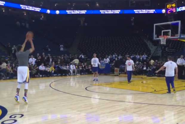Stephen Curry calienta a base de triples