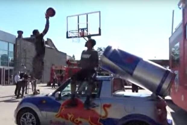 Salta un coche de Red Bull y machaca