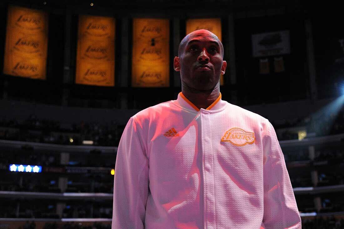 Kobe Bryant durante el himno naciona