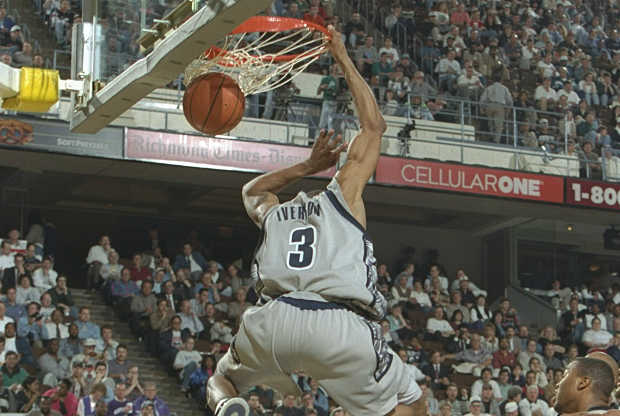 Allen Iverson se cuelga del aro en la NCAA