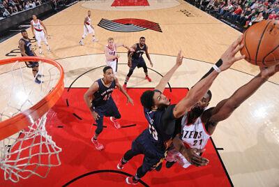 Anthony Davis tapona a un jugador de Portland Trail Blazers