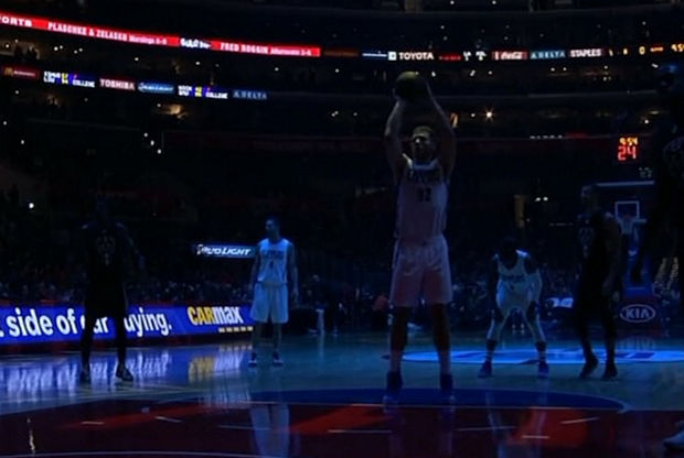 Blake Griffin lanza un tiro libre a oscuras