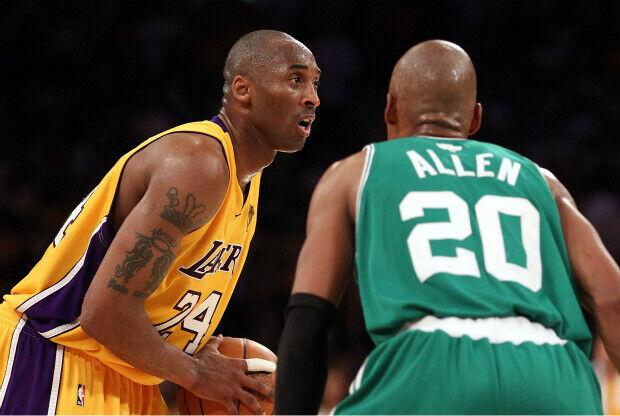 Kobe Bryant jugando contra Boston Celtics