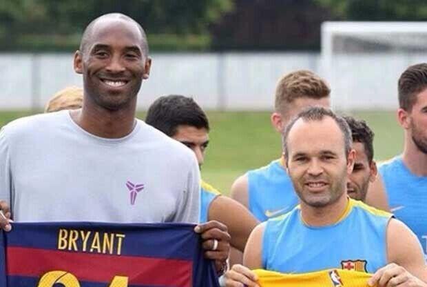 Andrés Iniesta y Kobe Bryant posando con unas camisetas