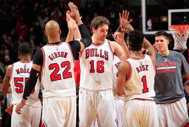 Pau Gasol, Taj Gibson y Derrick Rose en un partido de Chicago Bulls