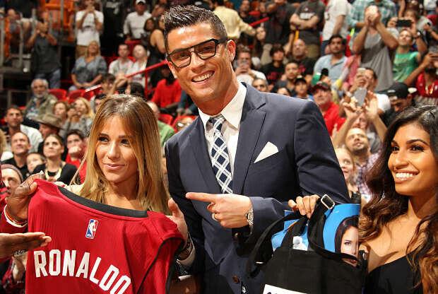 Cristiano Ronaldo, posando con la camiseta de Miami Heat