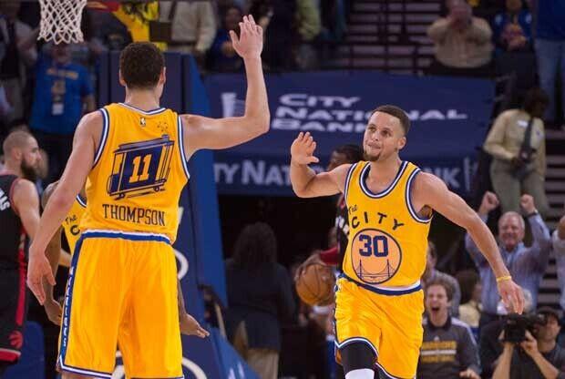 Stephen Curry y Klay Thompson celebran una canasta