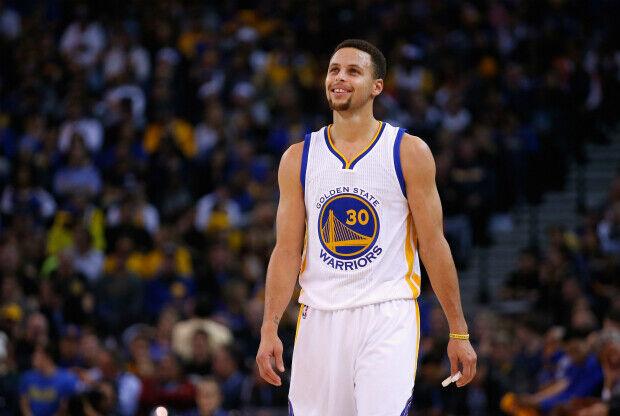 Stephen Curry riéndose durante un partido de NBA