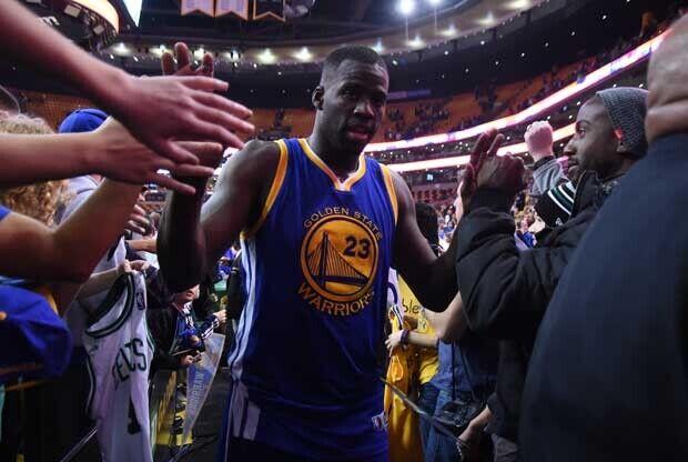 Draymon Green saludando a los aficionados de Golden State Warriors