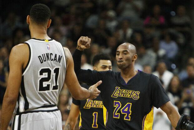 Tim Duncan y Kobe Bryant en un partido de NBA