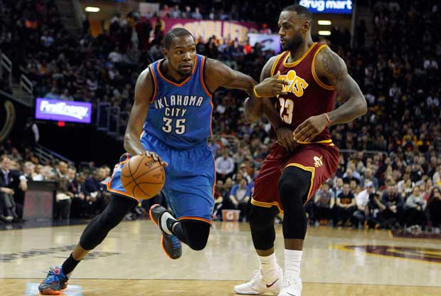 LeBron James defiende a Kevin Durant