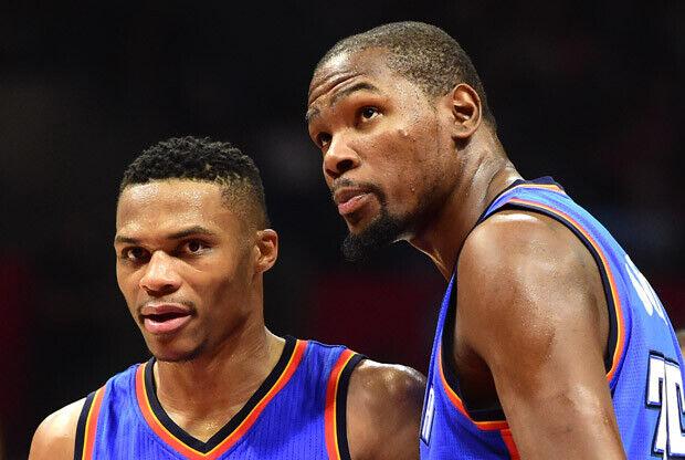 Durant y Westbrook hablando durante un partido