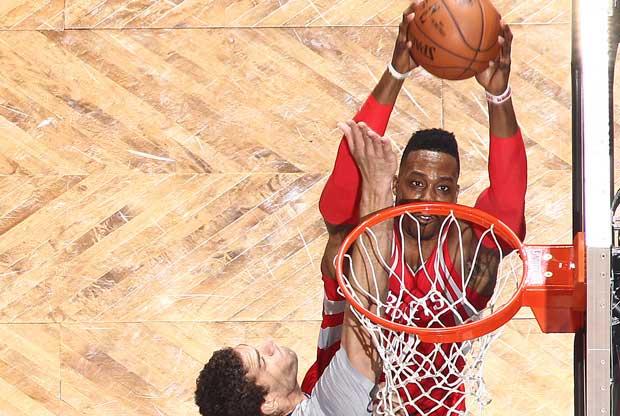 Dwight Howard baja un alley-oop y retrata a Brook Lopez