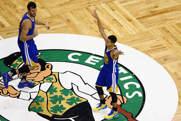 Stephen Curry celebra la victoria de Golden State Warriors